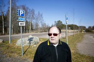 Kjell Gustafsson är nöjd. Nu får Sundborn sin efterlängtade toalettvagn vid besöksparkeringen.