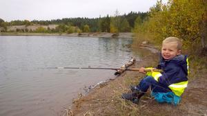 Theo 4 år,på fisketur med morfar.