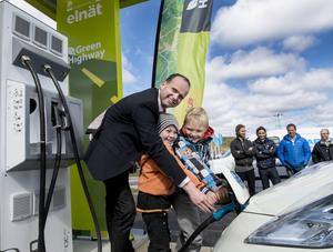 Kommunalrådet Lars Persson fick hjälp av Bosvedjans förskoleklass att klippa bandet och tanka elbilen vid invigningen.
