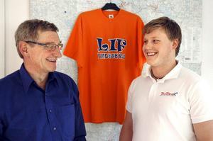 Klubbchef Tommy Eriksson och nye marknadsföraren Rickard Träff, till höger, ska tillsammans föra varumärket Lif Lindesberg mot nya höjder. BILD: INGVAR SVENSSON
