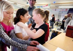 Selma Bengtsson, Randa Khalaf och Isabelle Kvarnlöf är glada över vinsten