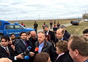 Delegationen intervjuas utanför fängelset som ligger några mil från Istanbul.