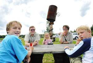 Familjen Jonsson från Umeå längtar hem efter en dryg vecka i södra Sverige. Sebastian, Björn-Anders, Nora, Katarina och Anton tog glasspaus i Alfta.
