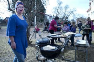 Helena Lagerqvist hjälpte eleverna baka ihop det samiska tunnbrödet, gahkku, som de sedan fick grädda över elden.