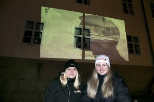 Klara Iggsten och Moa Borg från Lugnetgymnasiet, visade upp klassens vinjettfilmer i storformat på Rådhuset. De går tredje året på programmet estetik och media.