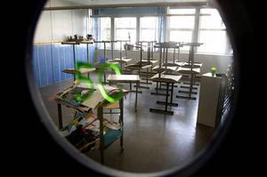 Läraren har fått fortsätta på en annan skola.