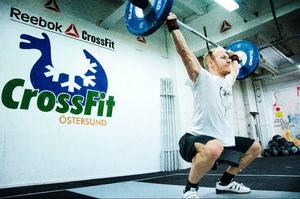 Efter att ha lett träningspasset hinner instruktören Andreas Olsen med att genomföra ett eget pass där han gör tyngdlyftningsövningen