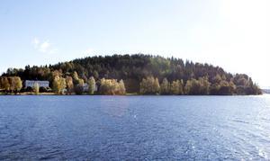 Planerna på att bygga ett antal småhus i strandnära läge på Svanö går inte att genomföra då marken innehåller föroreningar.