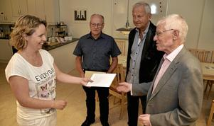 Utöver det vanliga. Lars Idstam, Lars Lundholm och Lars-Göran Larsson gav i torsdags BVC-sköterskan Jessica Andersson möjlighet att skaffa något extra till asylbarnen i kommunen som hon har kontakt med på Familjecentralen.