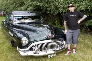 """Publikfavorit. Besökarna röstade fram Johan Kollmans Buick Roadmaster från 1951 som vackraste bil. Johan har renoverat växellådan och piffat upp bilen med bland annat luftfjädring och Cadillac-strutar där fram. """"Det är kul när man får uppskattning för det man gjort"""", säger han.Foto: Jackie Meh"""