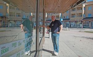 Bo Häggkvist, barn- och ungdomscoach på kommunen, synar skadorna på Kulturhuset efter att nio rutor utsatts för stenkastning under helgen som gick.