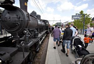 Tågets dag lockade mycket folk. Det var trångt på tåget som tog besökare från järnvägsstationen till museet.