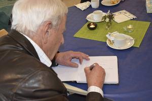 Alla besökarna fick skriva en hälsning i gästboken.