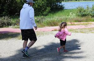 Mikael och Philippa i en spontan springtävling på stranden.