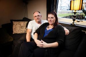 Tomas och Johanna genomlider alla föräldrars värsta mardröm.