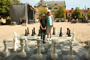 Set och Ea Englund Levander spelade schack på torget i väntan på att Grillnatta skulle sätta igång.