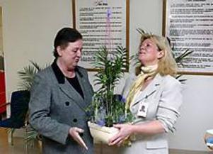 Foto: LASSE HALVARSSON Invigning. Inga-Britt Persson, vice ordförande i hälso- och sjukvårdsnämnden överlämnade en blomma till projektledaren och socionomen Eva Jondelius när beroendecentrum vid Sandvikens sjukhus invigdes på tisdagen.
