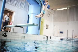 Som sagt, Wilgot Nilsson tycker om trampolinen och behöver till skillnad från andra elever inte så mycket hjälp att ta sig ned i vattnet.