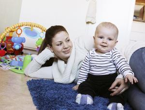 Emelie Collin fyller 18 år i morgon men är redan mamma. Sonen River är sju månader gammal.