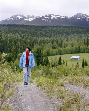 """""""Det måste finnas bättre områden att placera en vindkraftspark än här vid Ansätten"""", säger Rut Magnusson från Bakvattnet.Varje år kommer turister och blomsterälskare från Sverige och utlandet för att studera den unika floran på fjället.Foto: Jan Andersson"""