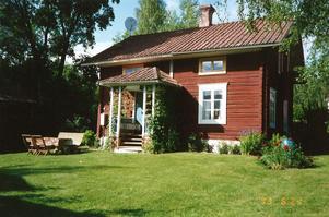 Liten kringbyggd dalagård i  byn Hälla.