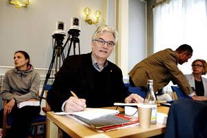 – Man kan även ta bort vissa verksamheter som man inte anser är kärnverksamhet, men självklart måste vägvalet göras genom politiska beslut, säger landstingsdirektör Anders L Johansson i Landstingsfullmäktige.