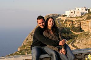 Nick Triantatillis och Zebelina Demenga njuter på hotellets utsiktsplats över havet från Chora på Folegandros.