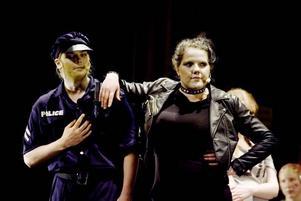 TUFF. Carmen, Sandra Alexandersson, stöjder sig mot en polisman spelad av Joakim Södergren Norin.