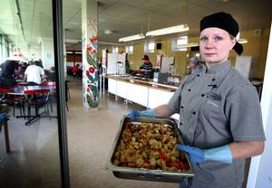 Anna Karlsson, skolmatsföreståndare på Kyrkskolan, får från i höst både större överblick och ansvar för lagningen av skolmaten. Kan det rent av bli så att hon även får leverera mat till äldreomsorgen?