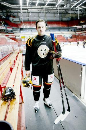 """Jesper Ollas gör av med 10-15 klubbor på en säsong. Inköp av utrustning och tvätt av match- och träningskläder sköter klubben. """"Sedan har vi ju ansvar för våra grejer, att lägga dem där de ska vara, och vi packar utrustningen själva inför en bortamatch"""", säger han."""