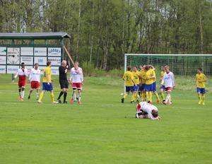 Det var stort missnöje bland Hedes spelare efter Lillhärdals segermål då de ansåg att domaren blåst i sin pipa när bollen redan var i spel vilket fått några försvarare att stanna upp.