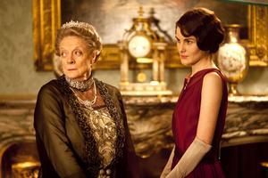 De mest humoristiska replikerna har Fellowes som tidigare säsonger skrivit för Lady Violet (Maggie Smith) här med sondottern Lady Mary (Michelle Dockery).