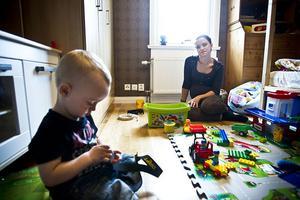 Stina Camel blev en vardagshjälte när hon på måndagen stoppade en väskryckare på Gekås i Ullared där hon var på shoppingresa med sin mamma. På tisdagen var hon hemma hos familjen i Skansen, Tallåsen igen.