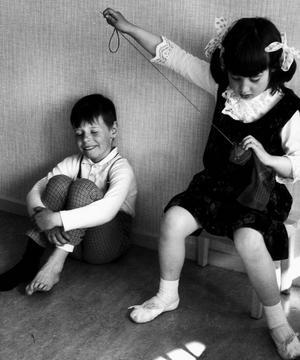 Gunhild Malmberg var svårslagen på att få barn att agera på bilder. Visst är det charmigt med pojken som får sin strumpa stoppad?