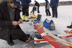 Johannes Timmes byter glödstift på sin flygmaskin.