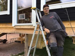 Tony Hedlund, en rörmokare som näst intill kan kalla sig även arkitekt och snickare.