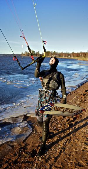 Det gäller att håla i skärmen ordentlig i vinden. Lars Rogman hjälper sin kompis David att komma ut på sjön.