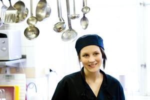 Matglädje. Camilla Annerberg trivs på sin praktik på Skolrestaurangen på Herggärdsskolan och har fått nya studieidéer. Foto: Per G Norén