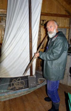 Frank Carlberg visar det spjut som man dödade säl med. Båten är en så kallad säleka. Med den rundbottnade ekan jagade August Selander säl i vårisarna runt Bremön i slutet av 1800-talet.