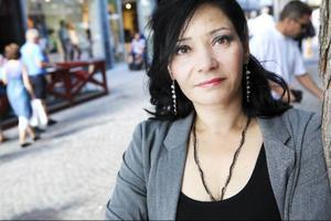Rafaela Halabi, folkpartist i Bräcke kommun, vill att det ska vara helt förbjudet att täcka ansiktet i offentligheten i Sverige. – Sverige är en del av Europa och ska vi vara europeer till hundra procent måste vi anpassa oss, säger Rafaela Halabi som anser att den franska lagen om burkaförbud är en förebild.