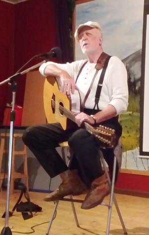 Evert Ljusberg på scen när PRO Hede-Vemdalen hade medlemsmöte. Foto: Åke Nilsson