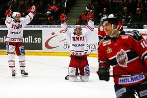 Timo Pärssinen och Kalle Koskinen jublar efter att Koskinen gjort 1–0 mot Modo i kvartsfinal fem 2008.