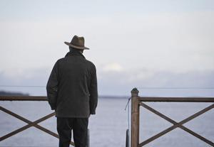 I somras spred Zack askan efter sin fru Sonja i viken vid stugan i Jonskär. Nu försöker han forma sin framtid.