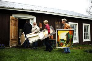 Konstrundan på väg. På 14 platser från Alnö till Matfors och Lörudden ställer 64 konstnärer ut. I Ateljé Blåtorp är Gunilla Englund-Backlund, Barbro Bäck och Eva Sollander på väg in med sin konst.
