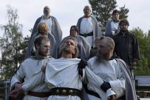 Själva grundhistorien går inte att komma ifrån, det kommer fortfarande att handla om Arnljot som tvingas fly ut i vildmarken sedan han tagit livet av sin rival Gudfast