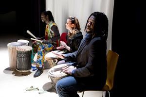 Ibrahima Niang, Ida Gjersvold och Willson Phiri närmast kameran vid trummorna.