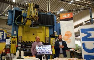 Under invigningen på torsdagen vid den nya produktionslinjen, MCM:s 315 tons hydralpress som prodcerar fästen till antenner. MCM:s vd Jan Larsson står till vänster och Pierre Bengtsson, vd Mafi till höger på bilden.