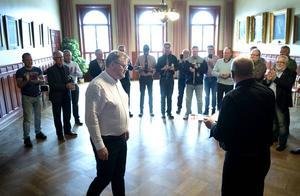 Ordförande i Svenska Kennethklubben Kenneth Selvehed delar ut priset till Kenneth Neijnes. I bakgrunden syns Kenneth, Kenneth och Kenneth...