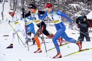 Mia Eriksson (20), Sofie  Elebro (30), Anna Dyvik (10) och Stina Nilsson (1) sida vid sida under söndagens sprint-kvartsfinal i Bruksvallarna.