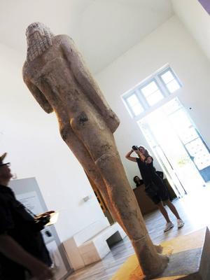 En jätte från antiken, på väg att offra en get till gudarna, möter redan vid ingången till Thassos sevärda arkeologiska museum    Foto: Johan Öberg